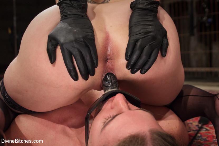 maitresse domina sexe en noir et blanc